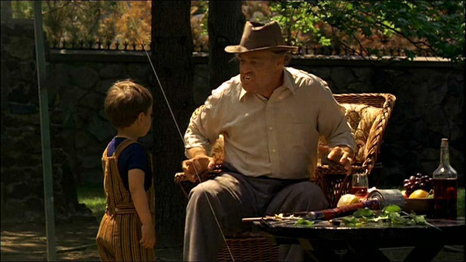 Vito Corleone juega asusta a su nieto con una cáscara de naranja en la boca